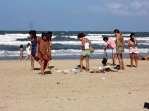 Strandmode – zauberhafte Latinas in Bikinis und Vintage Kleidung