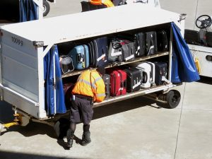 Gepäckausgabe Trick 17 – Koffer und Rucksack zuerst aus dem Flugzeug oder Bus